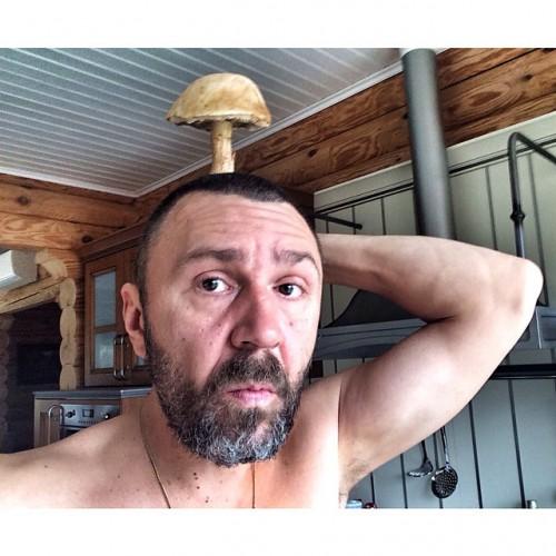 Шнуров полностью оголился и сделал селфи в ванной