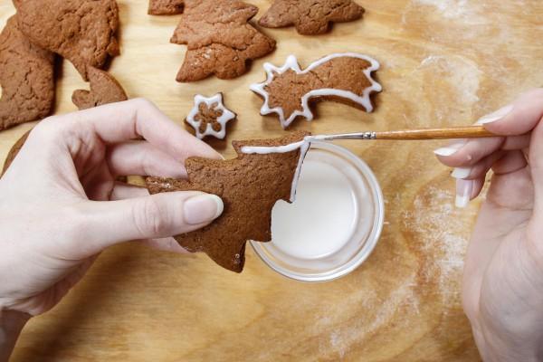 Приготовить сахарную глазурь.