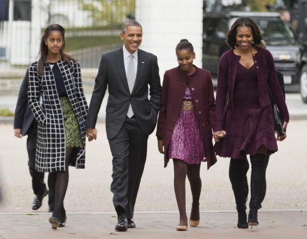 Стильное семейство:  президент США Барак Обама с женой Мишель (справа), дочерьми Малией (слева) и Сашей отправляются из Белого дома на воскресную службу