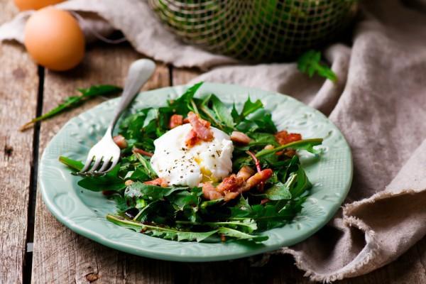 Салат с яйцом-пашот и беконом