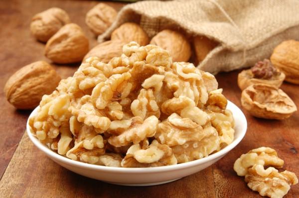 Грецкие орехи – богатый источник омега-6 жирных кислот, а также биотина и витамина Е, который помогает защитить клетки от повреждения ДНК. Дефицит биотина может привести к выпадению волос. Грецкие орехи также содержат много меди, минерала, который помогает сохранить естественный цвет и блеск шевелюры.