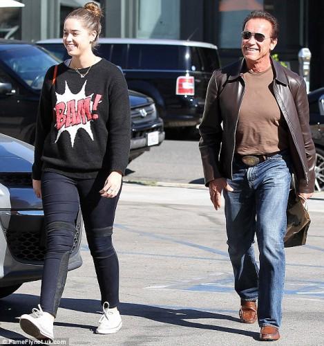Арнольд Шварценеггер вышел на прогулку со взрослой дочерью