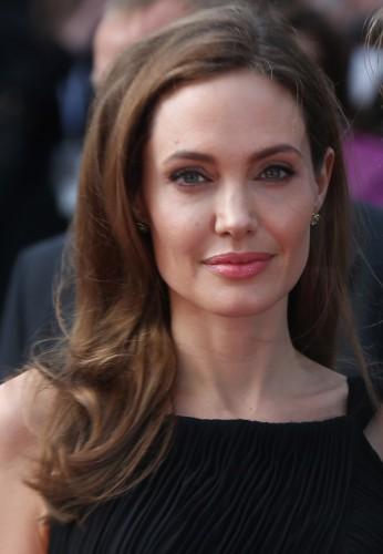 Джоли получит награду за волонтерскую гуманитарную работу