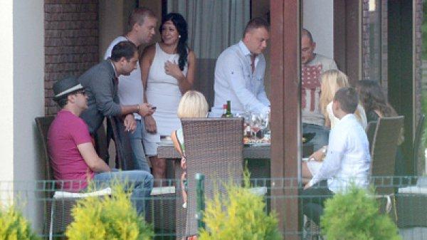 Новая возлюбленная Сергея Светлакова чувствует себя уверенно, по-хозяйски накрывает на стол и встречает гостей
