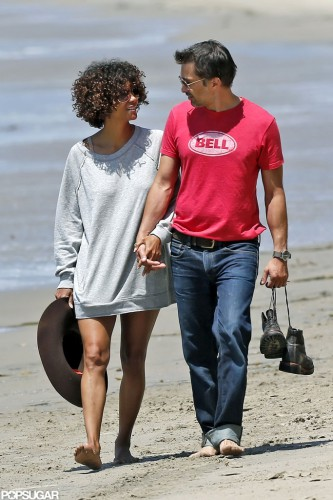 Холли Берри и Оливер Мартинез держатся за руки во время романтической прогулки по пляжу Малибу в мае 2012
