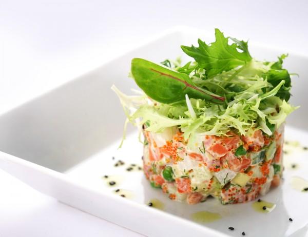 Салат из слабосоленого лосося и овощей