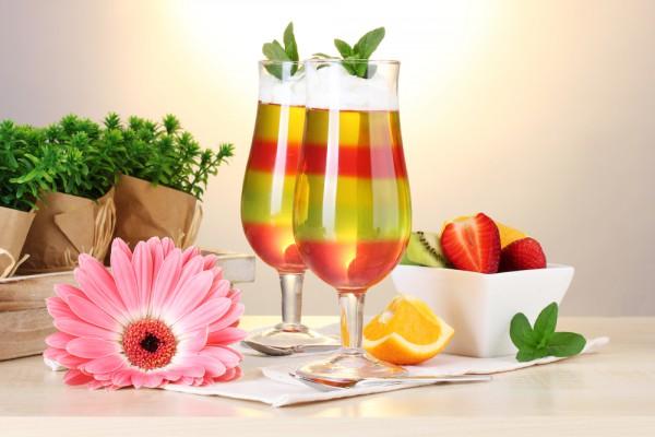 Герберы, яркие коктейли и фрукты в вазочках – идеальный вариант для коктейльной вечеринки
