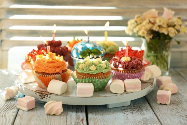 Праздничные капкейки ко Дню рождения