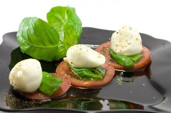 Новогодний салат с моцареллой