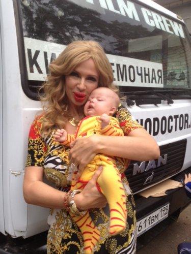 Сын Эвелины Бледанс всегда сопровождает свою звездную маму