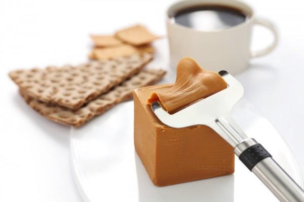 Норвежский кофе и традиционный коричневый сыр Бруност