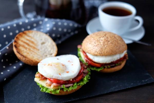 Бургер с ветчиной и яйцом