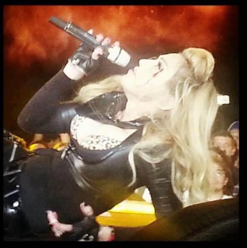 Мадонна разбила голову на сцене