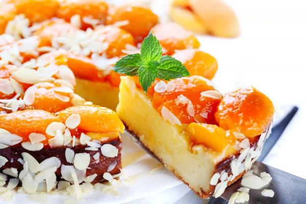 Рецепт                  Творожная запеканка с абрикосами и миндалем