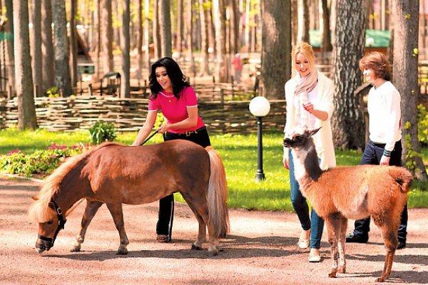 С сыном Майклом и дочерью Анной на прогулке