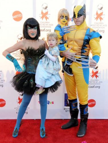Торри Спеллинг с супругом Дином Макдермоттом и детьми Лиамом и Стеллой на праздновании Хэллоуина в 2011 году