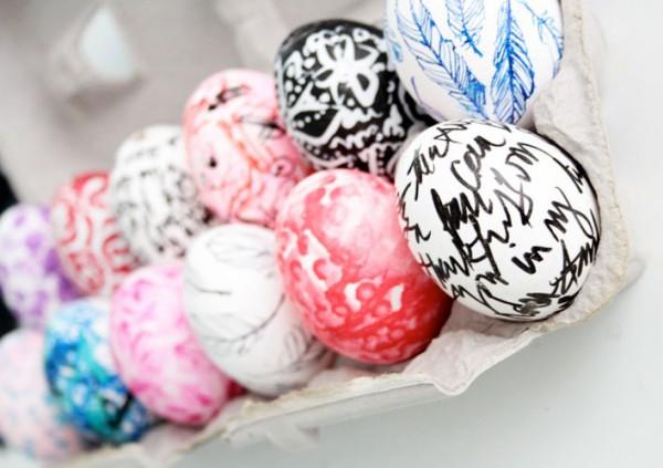 Пасхальные яйца можно раскрасить с помощью акварели и карандашей.