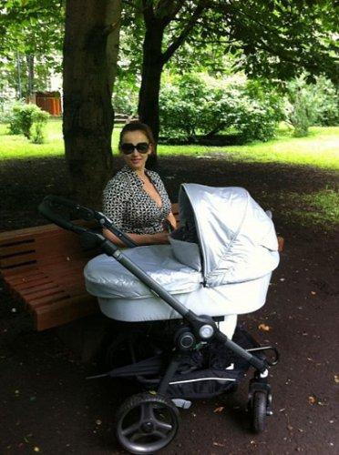 Анфиса Чехова и Гурам гуляют с сыном по парку