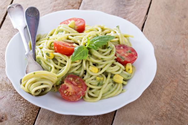 Спагетти с помидорами и песто