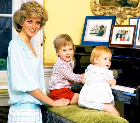 Принцесса Диана с маленькими наследниками – Уильямом и Гарри
