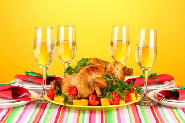 Подавать индейку можно с запеченными овощами и клюквенным соусом