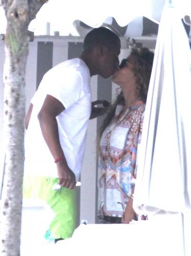 Jay-Z и Бейонсе сладко целуются во время отпуска на юге Франции в сентябре 2012