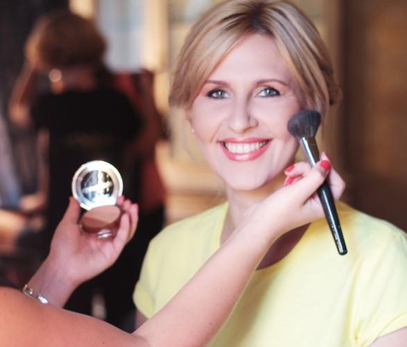 Алена Пономаренко, бьюти-редактор Vogue Украина.  Алена уверена, что звездные продукты есть у каждой марки, напрочь лишена косметического снобизма. Любит косметику с раннего детства. Не упускает случая порыться в косметичках подружек и пристрастно допрашивает знакомых стилистов, визажистов, парикмахеров, маскируя это профессиональным интересом.