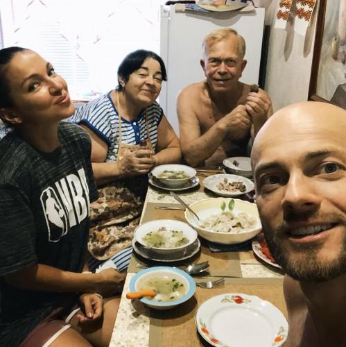 Влад Яма с женой и родителями