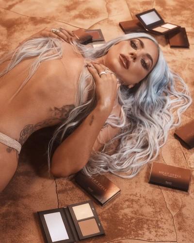 Леди Гага засветила соблазнительную фигуру в новой фотосессии