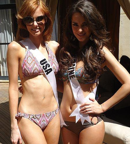 Олеся Стефанко позирует вместе Мисс США