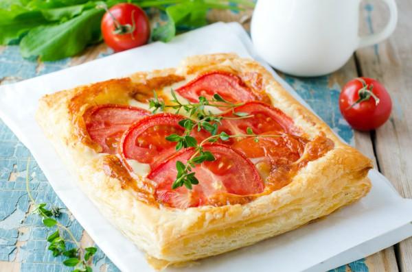 Меню для пикника: Пирог из слоеного теста с помидорами