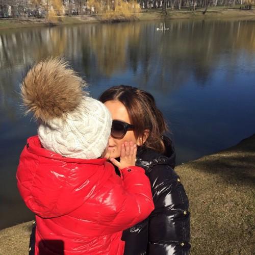 Ани Лорак на прогулке с дочкой Софией