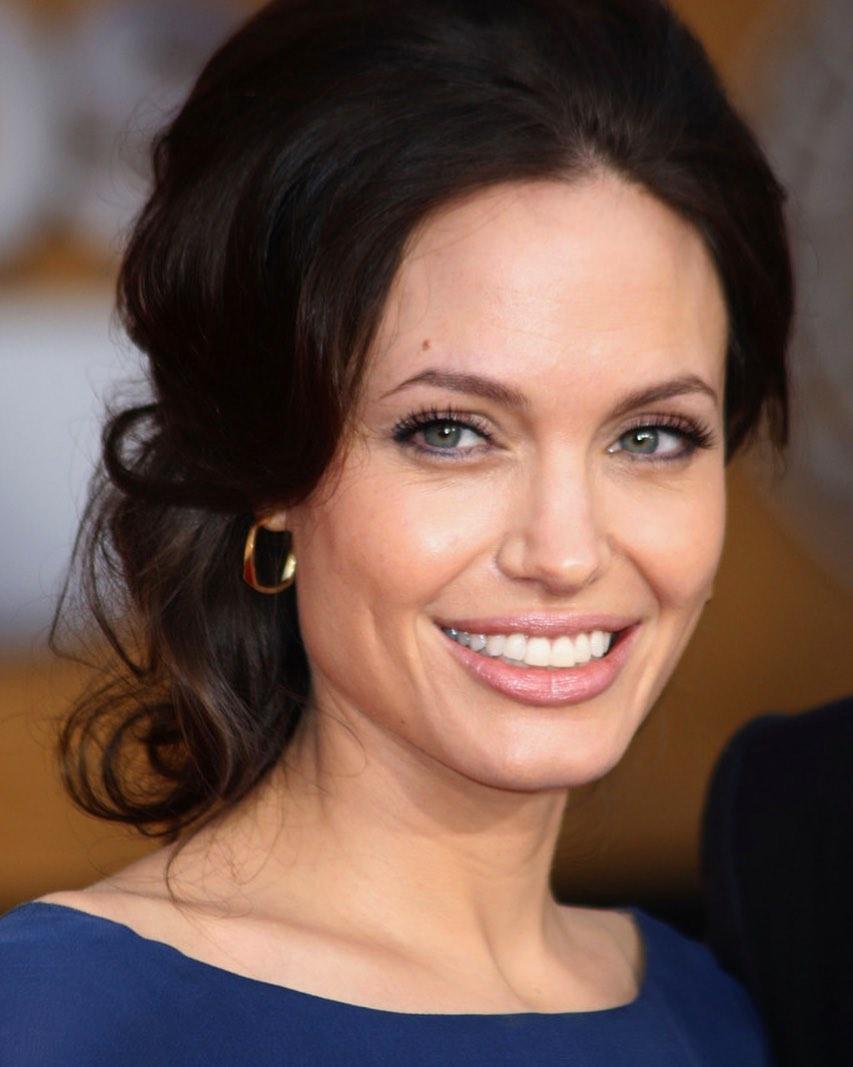 Игривая Анджелина Джоли засветилась на балконе в одной ночной сорочке