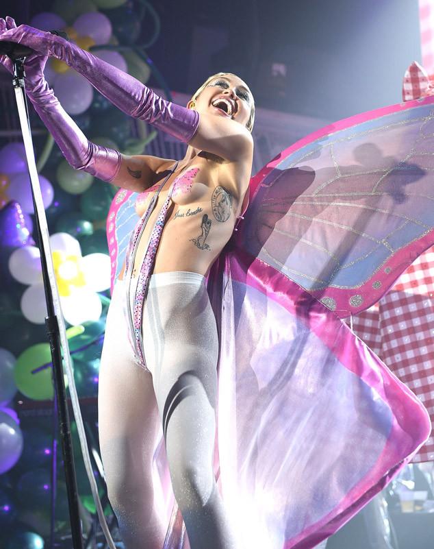Концертный костюм Сайрус оставил мало места для воображения