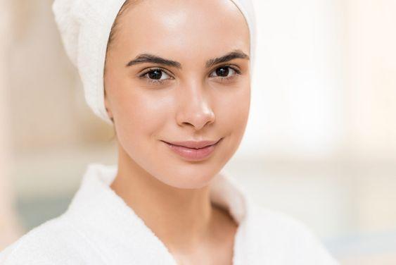 Процесс нанесения тона на жирную кожу