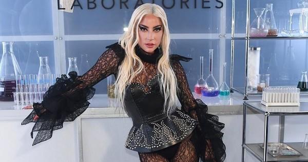 Леди Гага в откровенном наряде станцевала на столе