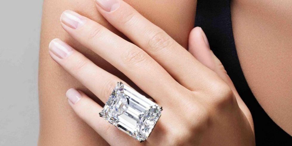 Кольцо с бриллиантом в 100 карат продали на аукционе за $ 22 миллиона