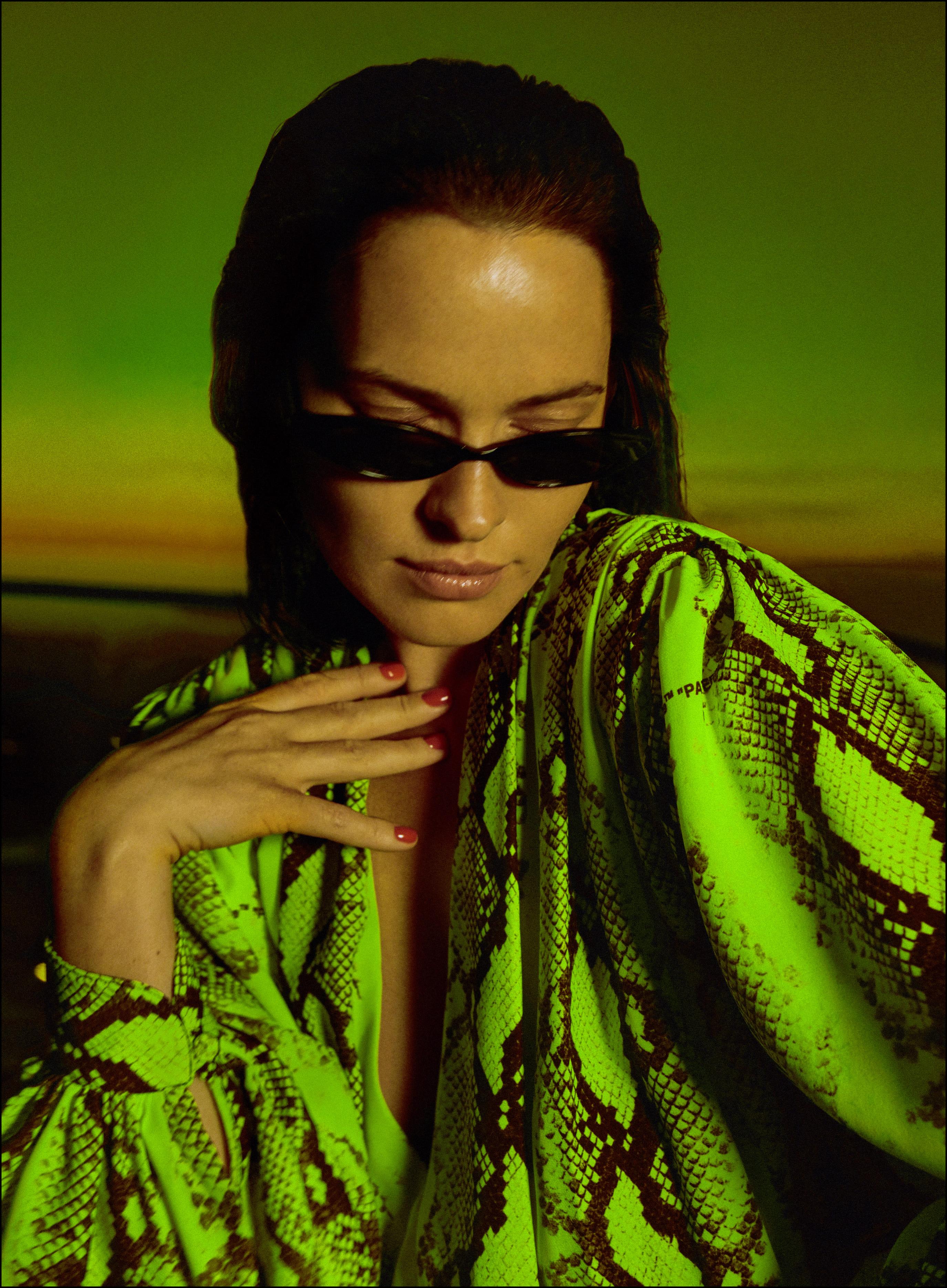 Даша Астафьева выпустила манящее лирик-видео на песню