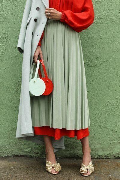 Женственность всегда в моде: стильные осенние образы с юбкой миди