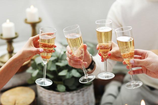 Не только от шампанского: что может вызвать вздутие живота