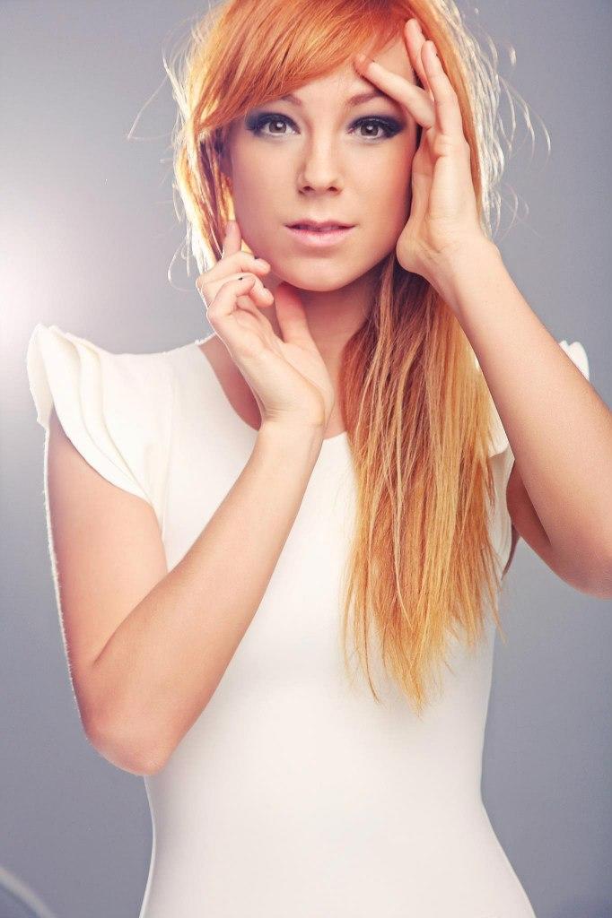 Волосы являются гордостью певицы, поэтому она бережет их от негативного влияния утюжка и фена