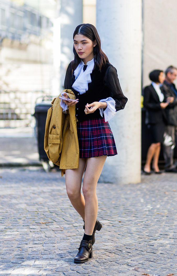 С чем носить клетчатую юбку летом 2020