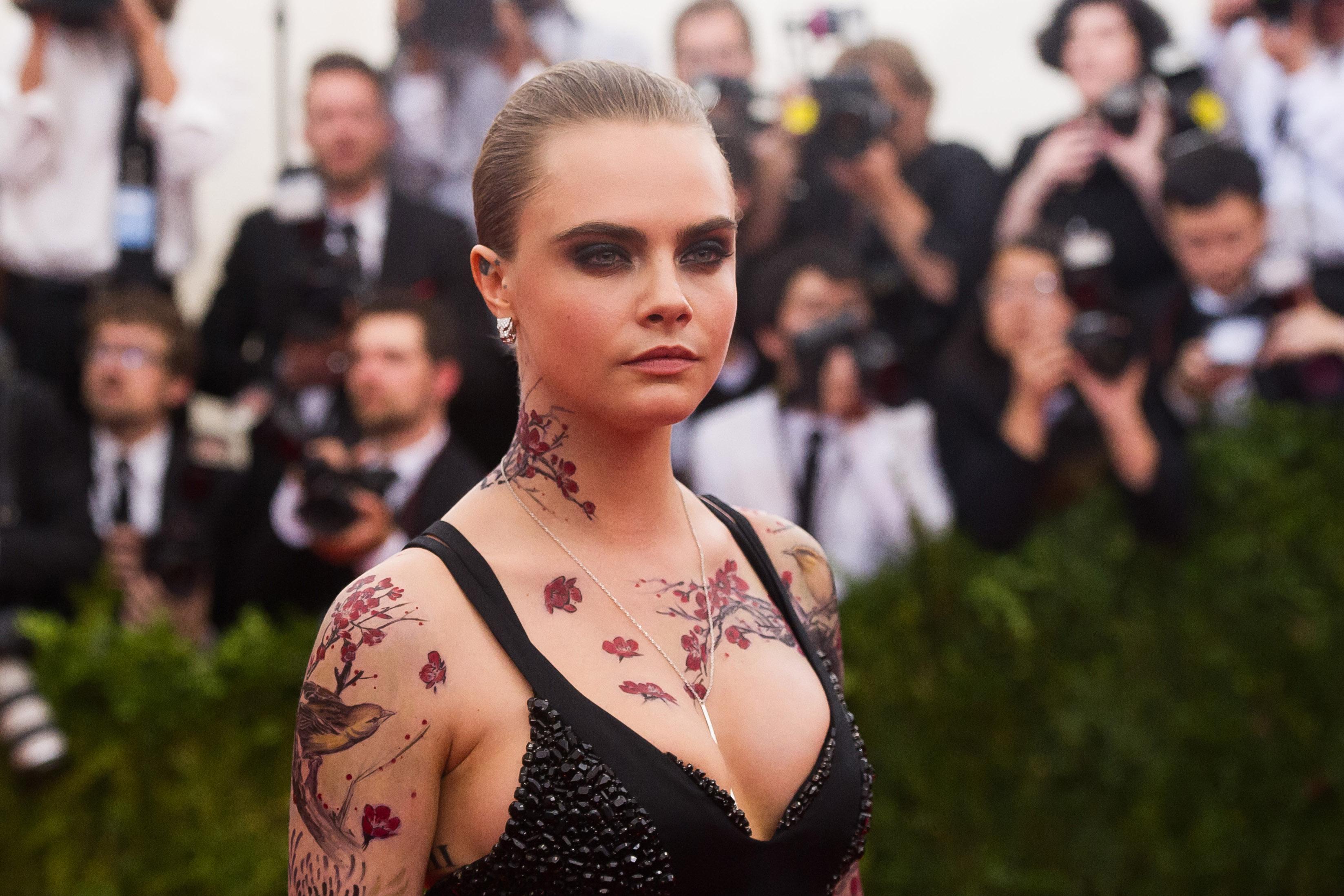 Кара Делевинь сделала временные татуировки в китайском стиле