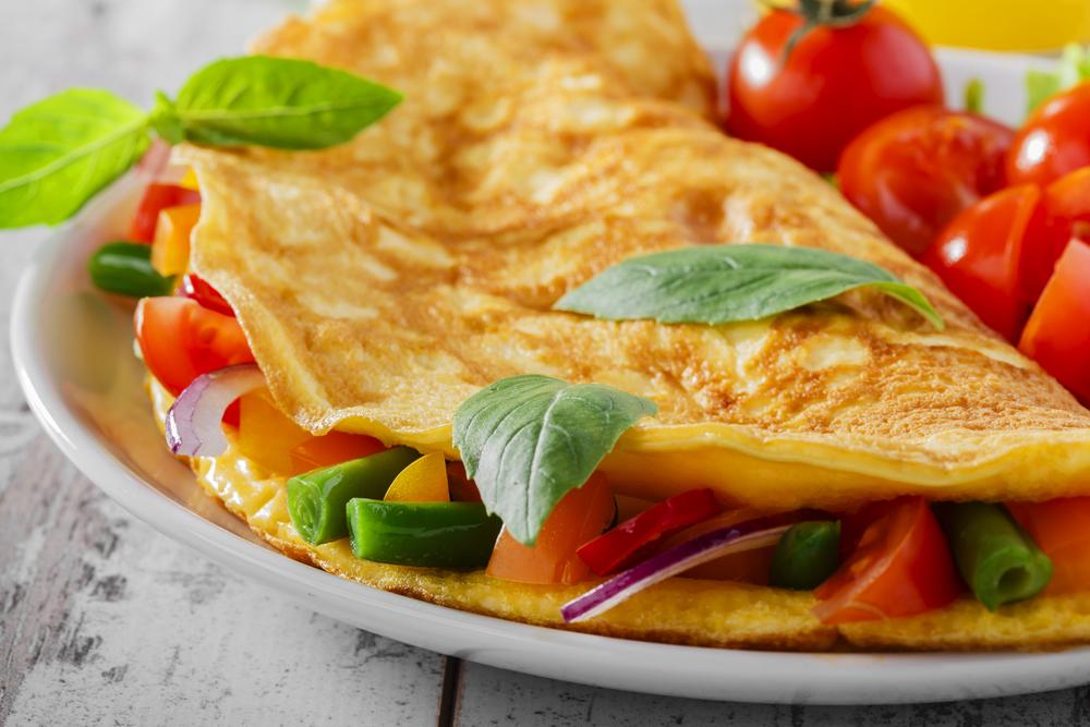 Омлет с сыром на завтрак