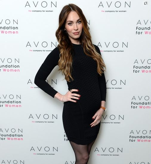 Меган Фокс выглядела великолепно в черном платье и с новой прической
