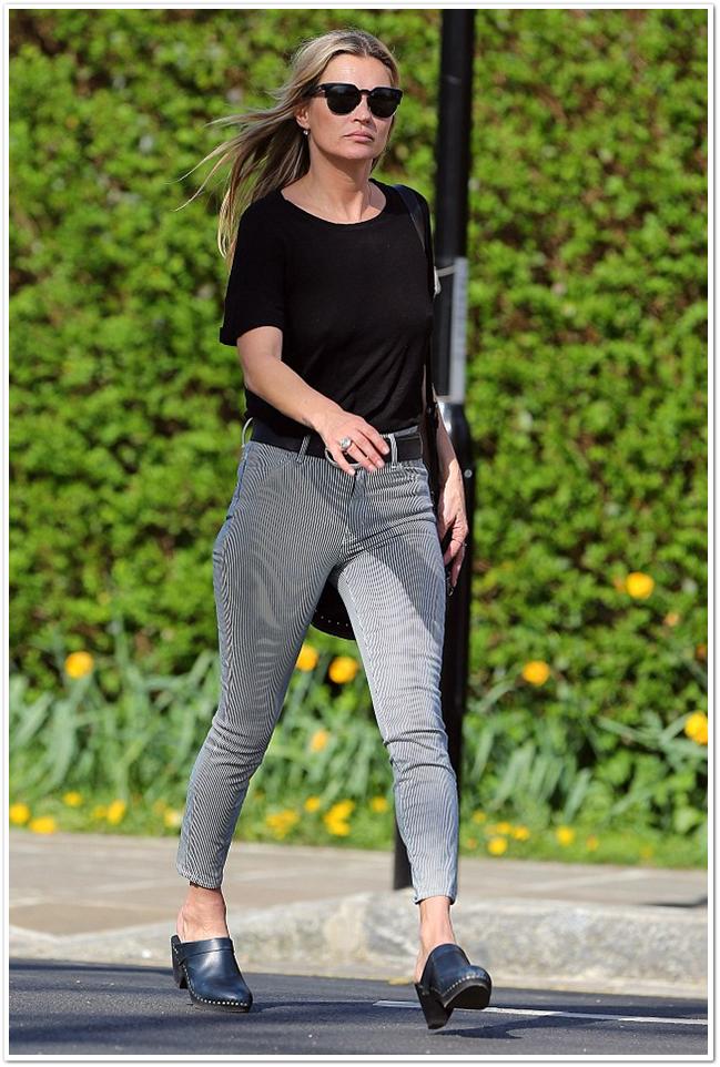 Кейт Мосс вышла на улицу в полупрозрачной черной футболке