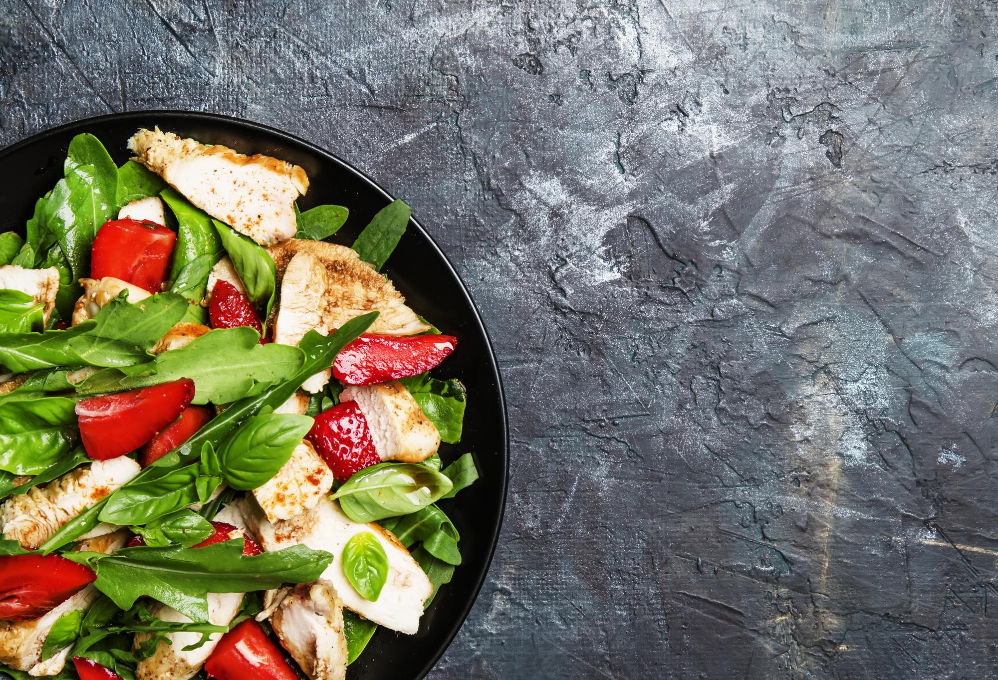 WOW-рецепт: салат с курицей и клубникой