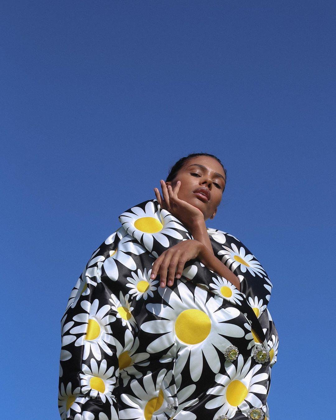 Тина Кунаки засветилась в кружевном белье на улицах Парижа