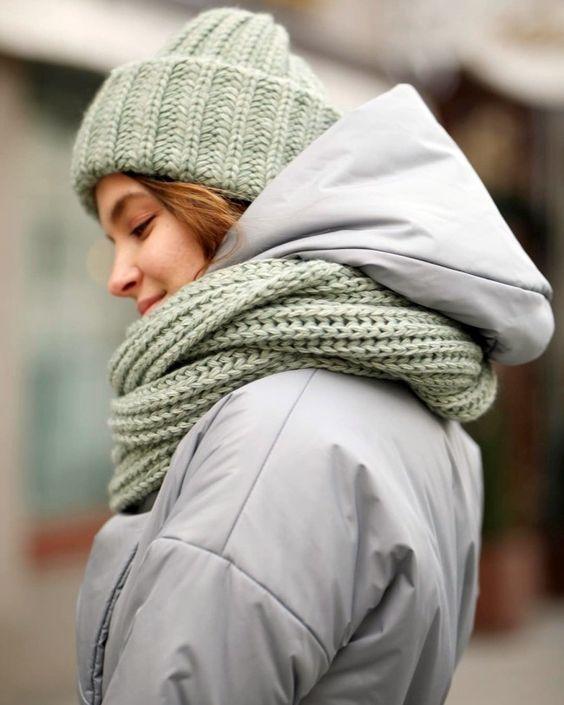 Как носить шарф с курткой этой зимой: 10 стильных примеров