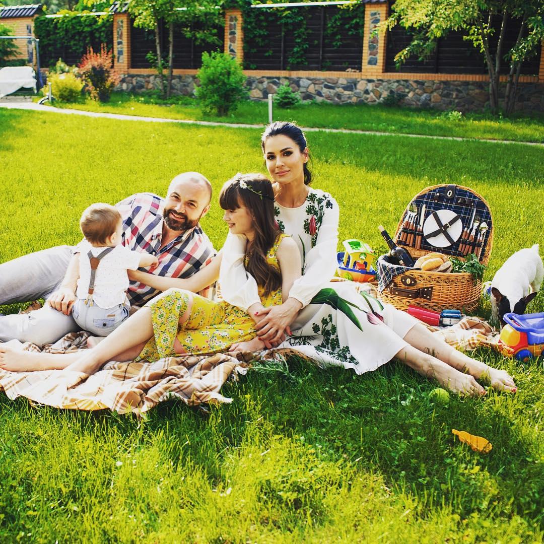 Маша Ефрсинина с мужем и детьми